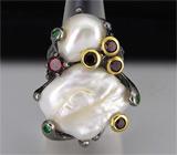 Кольцо из серебра 925 пробы с жемчугом, цаворитами и мозамбикскими гранатами.