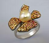 Кольцо-цветок c жемчужиной, золотистыми и оранжевыми сапфирами