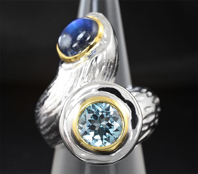 Серебряное кольцо с лабрадоритом и голубыми топазами